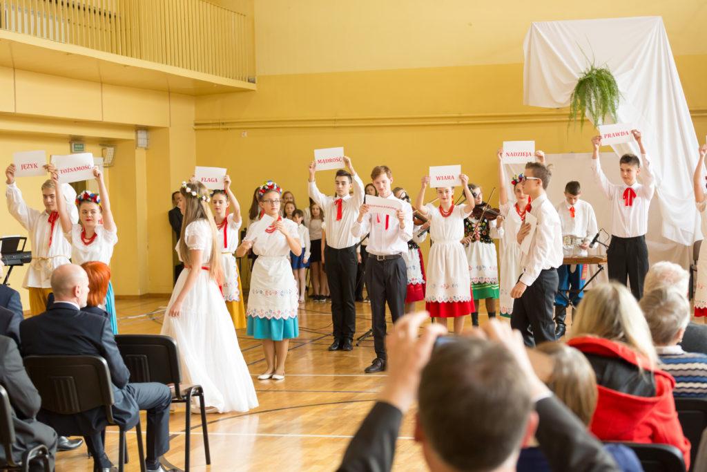 Patriotyczne hasła - uczniowie Gimnazjum