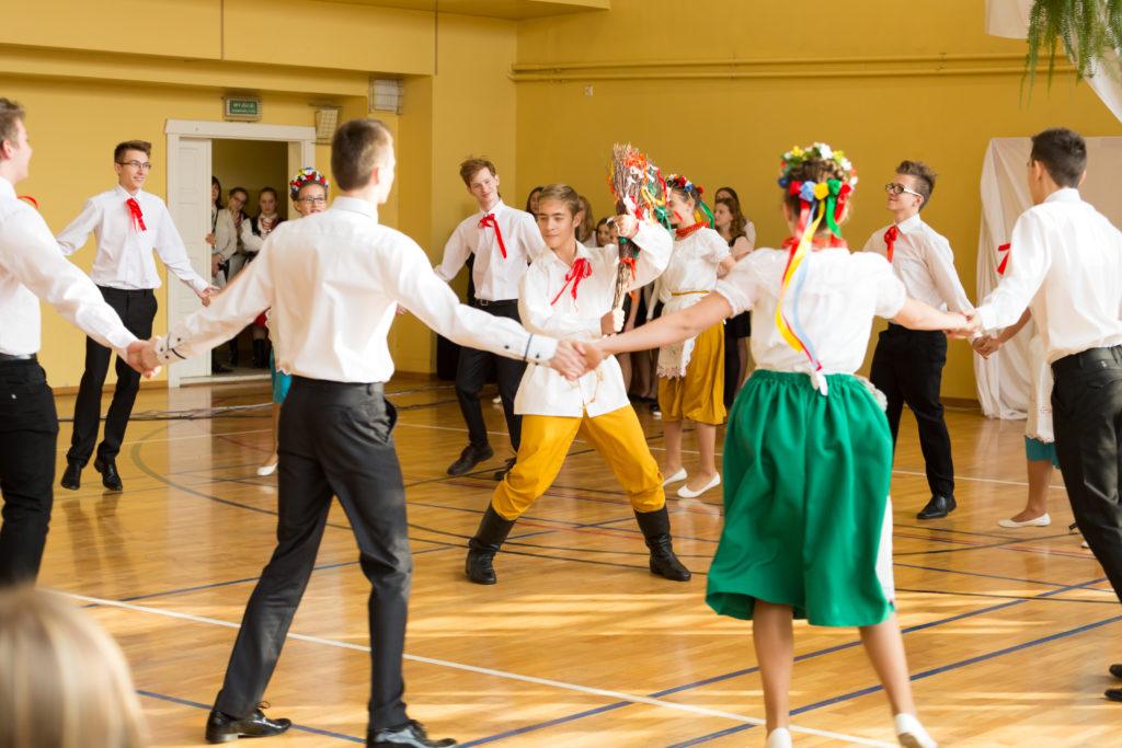 """Taniec ludowy """"Miotlarz"""" op. p. Lucyna Wandas, p. Beata Piejko"""